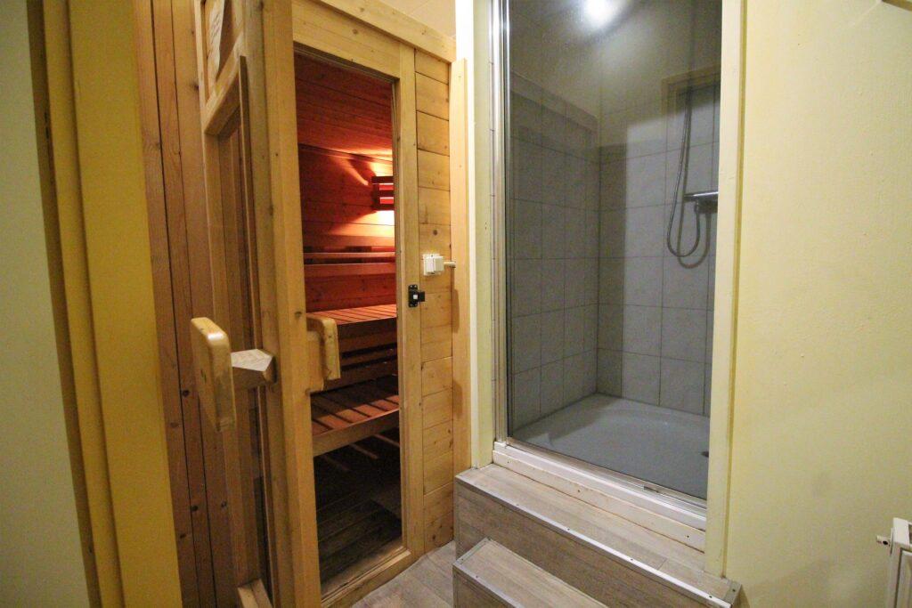 Douche met sauna boven